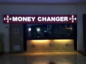 スカルノハッタ空港 到着ロビーにある両替所です。