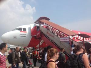 格安航空会社(LCC)のエアアジアは、搭乗ブリッジを使用せず沖止めされた航空機にタラップで搭乗することが多い。
