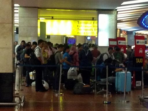 ジャカルタ・スカルノハッタ空港、夕方の長いブルーバードタクシー待ちの列