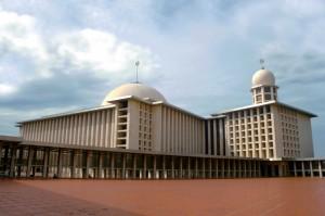 ジャカルタの最重要部・モナス(独立記念塔)のある広場に面した国立のインドネシアの国教であるイスラム教の寺院であるモスク
