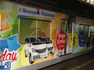 ジャカルタ都市圏の電車の広告は派手