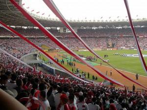インドネシアではサッカーがとても人気。写真は、2007年に開催されたアジアカップの様子。(ジャカルタのゲロラ・ブン・カルノ・スタジアム) Creative Commons, Author - Gunawan Kartapranata
